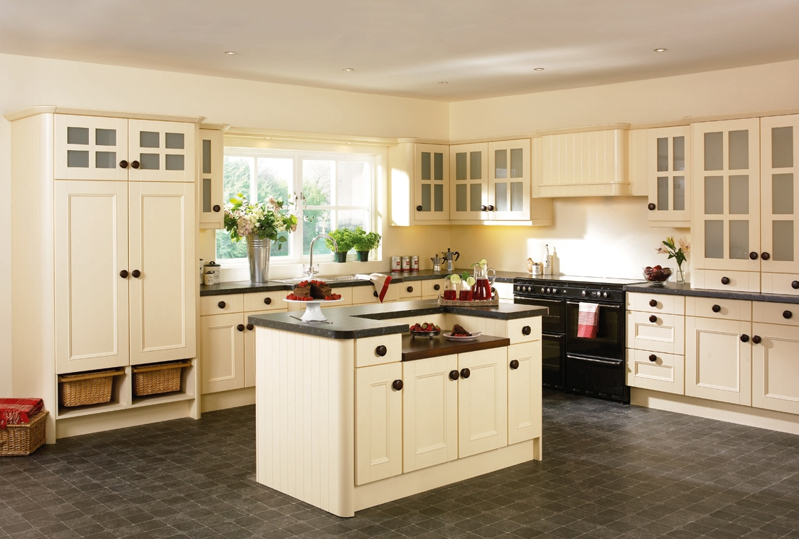 Cream kitchen photos for design inspiration for your for Cream kitchen cupboards