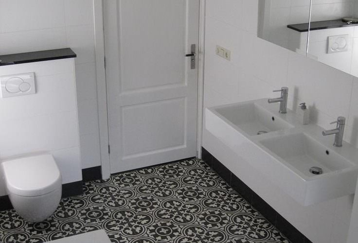.portugese tegels, ouderwetse opstaande zwarte rand modern wastafel-toilet